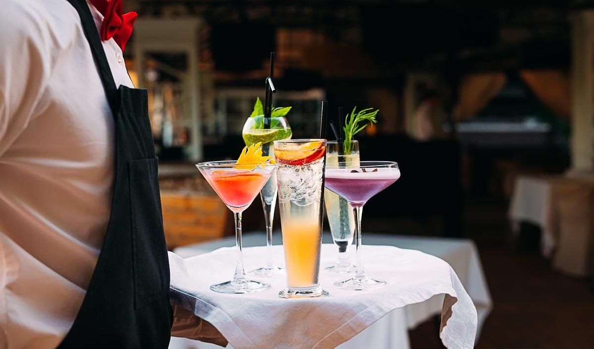 Statt auf eine große Bandbreite solltet ihr bei eurer Hochzeit auf eine kleine aber feine Cocktail-Auswahl setzen.