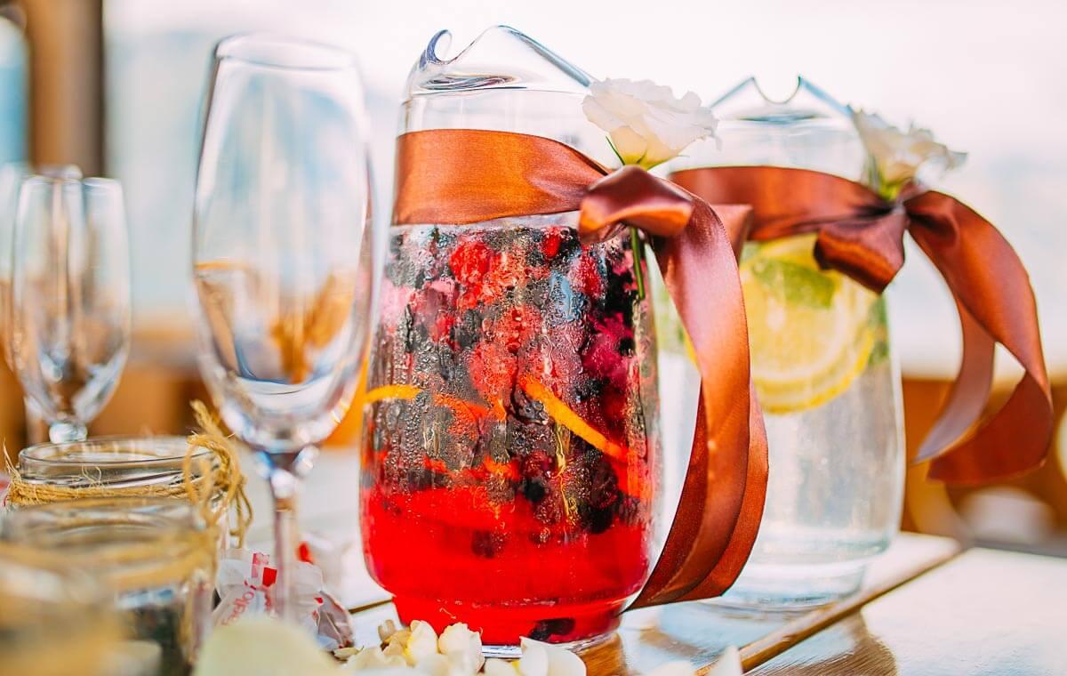 Selbstgemachte Limonaden sind ein toller Hingucker auf eurem Hochzeitsbuffet.