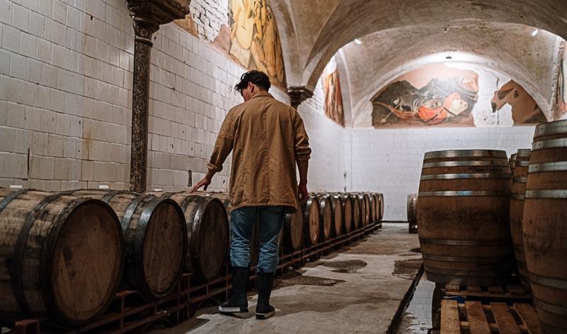 Calvados wird 2x gelagert: Direkt nach der Gärung und im Anschluss an die Destillationsprozesse.