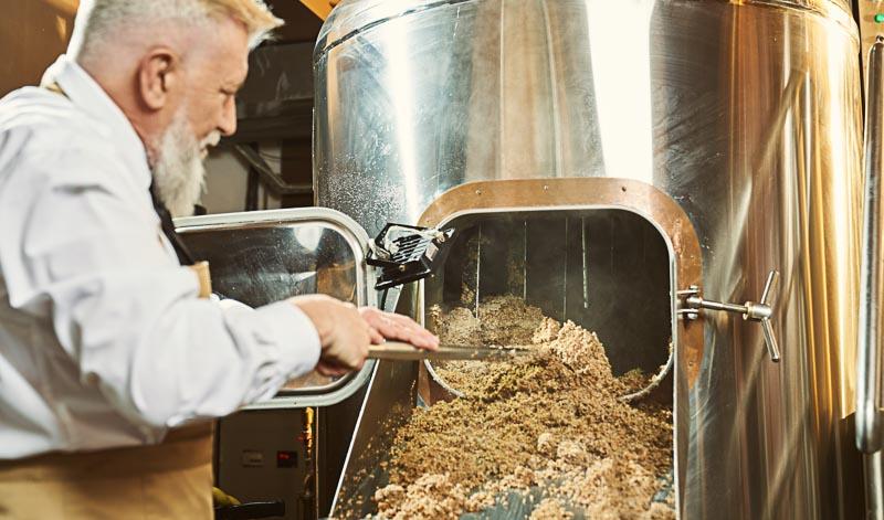 Der Herstellungsprozess von Korn umfasst mehrere Arbeitsschritte.
