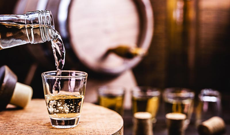Goldener Rum erhält seine Farbe erst durch die Lagerung im Holzfass.